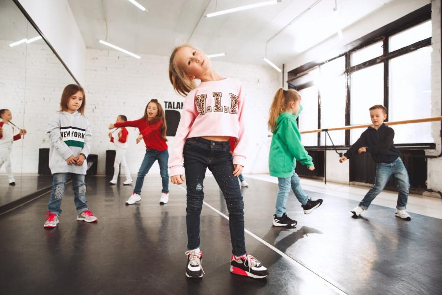 Dzieciaki w szkole tańca. Tancerze baletowi, hiphopowi, ulicy, funky i nowoczesnej na tle studia. Dzieci pokazujące element aerobowy. Nastolatki w stylu hip hop. Koncepcja sportu, fitness i stylu życia.