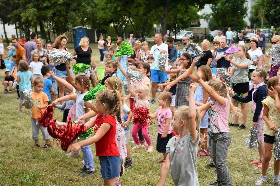 dzieci tańczące na trawie